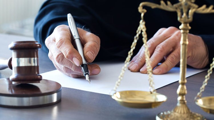 What Does a Civil Litigation Lawyer Do?